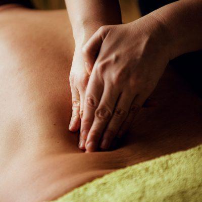 Klassisk massage av rygg